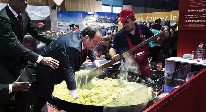 François Hollande tombe dans un plat de truffade géant sur le stand Cantal