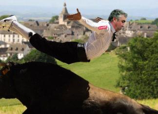 Vincent Descoeur se fait charger par un taureau